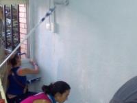 Alumnes de la UEC La Clau posant a punt les seves aules